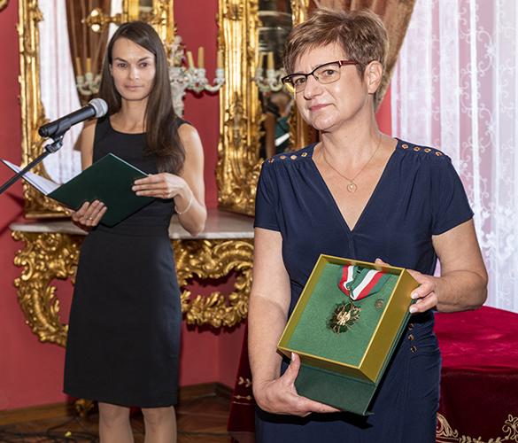 """Złoty Medal Zasłużony Kulturze """"Gloria Artis"""" przyznany Muzeum Zamoyskich w Kozłówce w 2019 r."""
