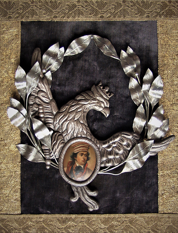 Kompozycja patriotyczna z miniaturą portretową Tadeusza Kościuszki. Polska, lata 1846-1870. Wysokość plakiety: 31,8 centymetrów, szerokość 26 centymetrów. Wysokość miniatury 4,5 centymetra, szerokość 3,7 centymetra. Na prostokątnej desce wyklejonej fioletowym aksamitem i dwoma rzędami złotolitego galonu, półplastyczne wyobrażenie orła w koronie, zwróconego w prawo, z rozpostartymi skrzydłami. Orzeł trzyma w szponach berło i tarczę z miniaturą Tadeusza Kościuszki. Wokół orła wieniec laurowy. W owalnej ramce portret Kościuszki, przedstawiający młodego mężczyznę w popiersiu, zwróconego z wprawo. Ubrany jest białą sukmanę z czerwonym podbiciem, kamizelę lub żakiet w biało-czerwone pasy i białą koszulę. Pod szyja granatowa kokarda i wiszący na wstędze krzyż . Na głowie wysoka, miękka czapka w pasy, spod której widoczne są ciemne kędzierzawe włosy. Tło beżowe, rozjaśnione wokół postaci. Całość oprawiona w owalną złoconą ramę z wypukłym szkłem.