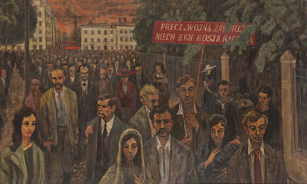 Obraz. Technika: olej na płótnie. Demonstracja ludu Warszawy w 1921 roku, Bogusław Szwacz, ok 1955 roku. Kobiety i mężczyźni maszerujący ulicą. Jeden z mężczyzn trzyma czerwony transparent z napisem: precz z wojną zaborczą. Niech żyje Rosja Radziecka.