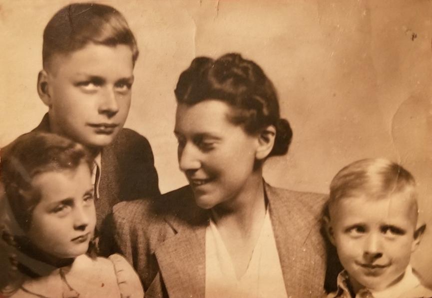 Jadwiga z Brzozowskich Zamoyska z dziećmi, Adamem, Miką i Andrzejem, początek lat 40. XX w., fot. z archiwum rodziny Zamoyskich