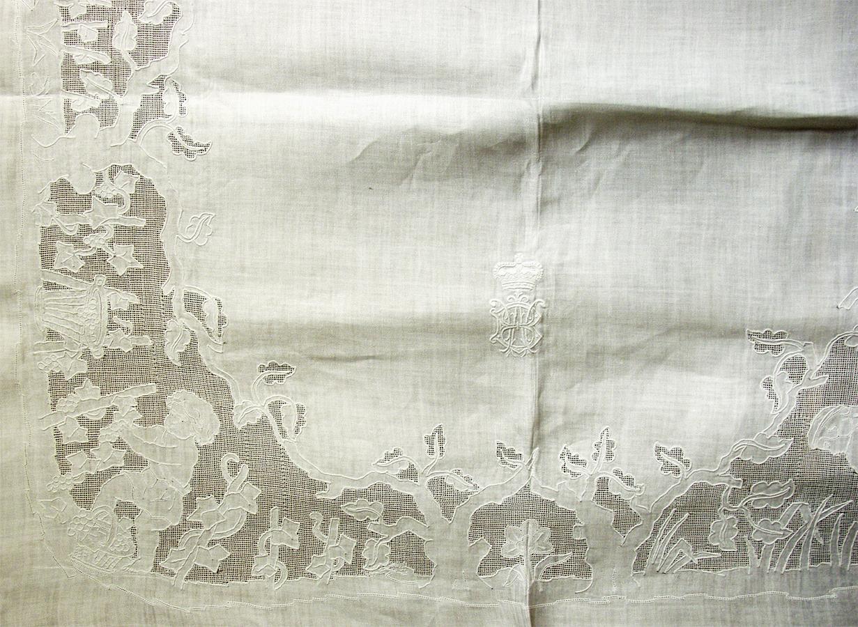 Obrus ze scenami rodzajowymi, początek XX wieku, satyna, haft biały