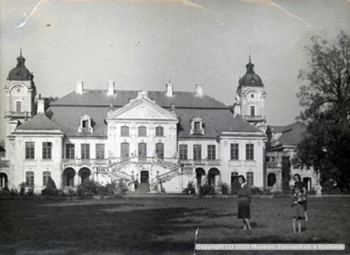 Aniela Zaleska przed pałacem w Kozłówce